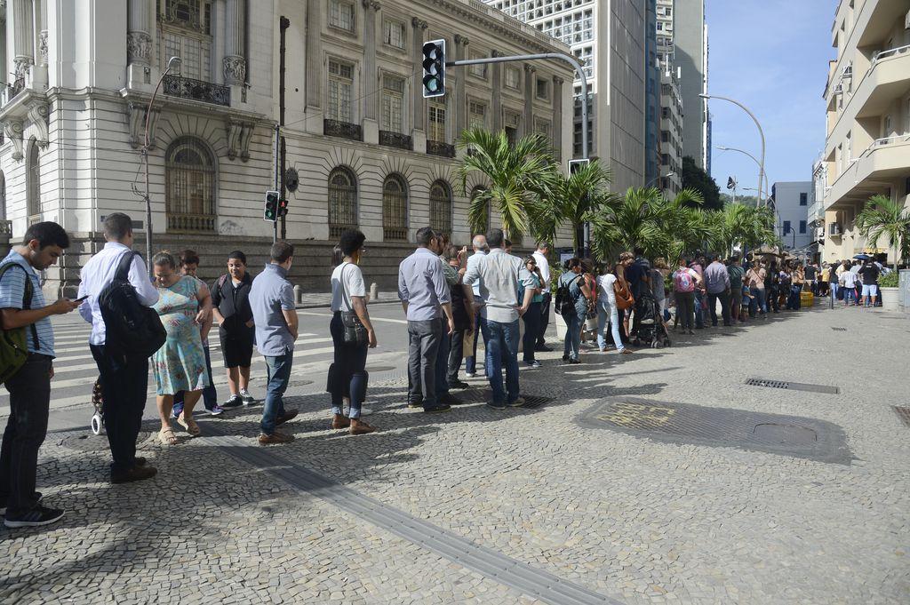 Rio de Janeiro - Cariocas enfrentam filas nos postos de saúde para tomar vacina contra a febre amarela