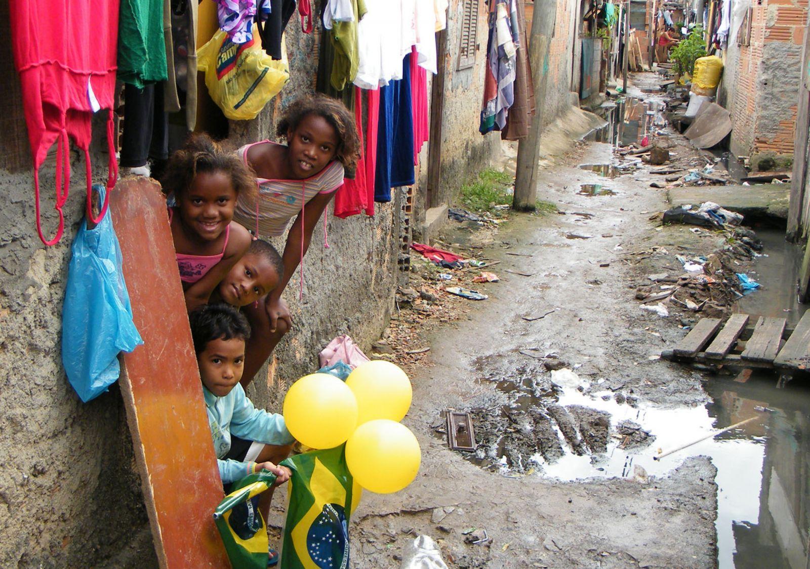 Indiferentes à falta de saneamento e de lugares para brincar, crianças da Favela do Mandela comemoram a Copa do Mundo