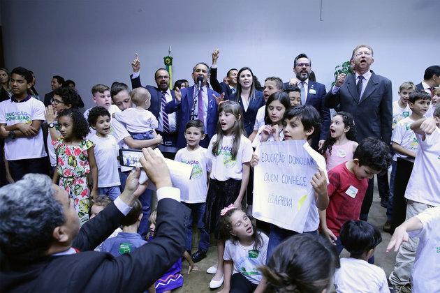 Famílias levaram crianças ao lançamento da frente parlamentar a favor do homeschooling. Foto: Cleia Viana/ Câmara dos Deputados