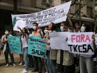 Março de 2011 – Em protesto, moradores de redondezas da siderúrgica TKCSA denunciam problemas de saúde