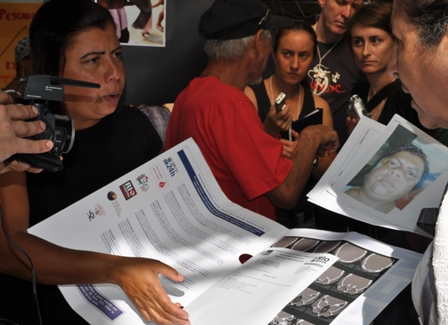 Moradores relatam aos  jornalistas problemas de saúde em decorrência da siderúrgica. Raquel Júnia - EPSJV/Fiocruz